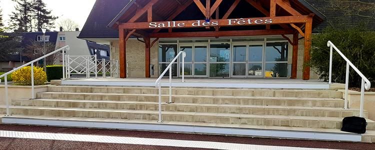 Pose de différents équipements pour la mise aux normes des escaliers de la salle des fêtes de Le Molay Littry.