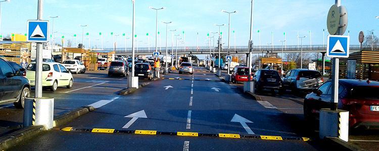 Pose de panneaux et ralentisseurs jaunes et noirs sur le parking du centre commercial Carrefour de Herouville Saint Clair (14)