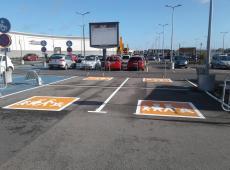 Marquage des places spéciale famille au centre commercial Carrefour de Hérouville-Saint-Clair (14).