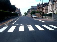 Marquage au sol, résine gravillonnée et panneaux de signalisation dans les villes de Honfleur et St Cyr du Ronceray (14).