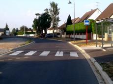 Un autre aménagement complet pour la ville de Mézidon avec marquage, résine gravillonnée et panneaux.