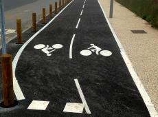 Intervention à Argences pour la pose d'une piste cyclable longeant le centre aquatique DUNEO.