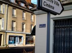 Fabrication et pose de panneaux et installation de potelets sur la place Belle Croix de Falaise (14)